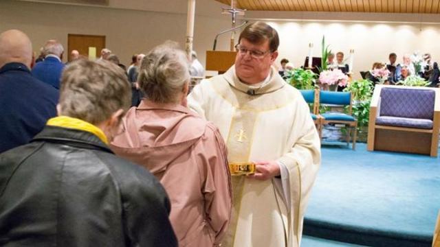 Calendario Romano Preti 2019.Usa Il Prete Cattolico Rivela In Chiesa Sono Gay E Non
