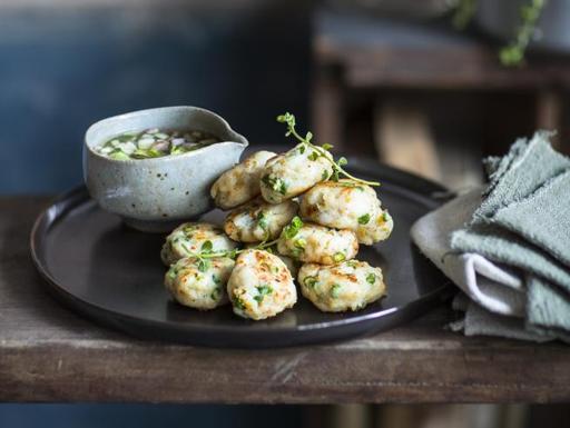Le polpette thai di pesce con dip di cetrioli