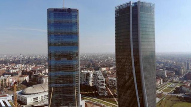In volo con un drone sui grattacieli di City Life a Milano ...