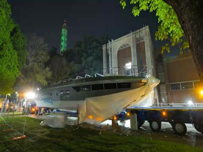 Nella notte spunta un megayacht davanti alla Triennale: il time lapse dell'allestimento