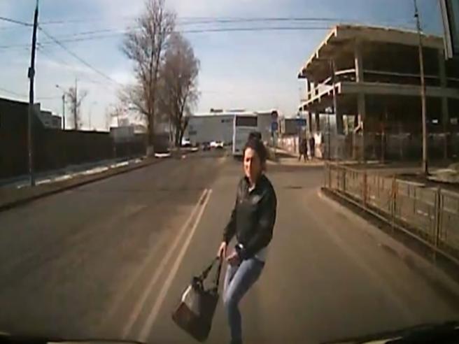 Donna si butta sull'auto. L'incidente-truffa smascherato dalla dashcam