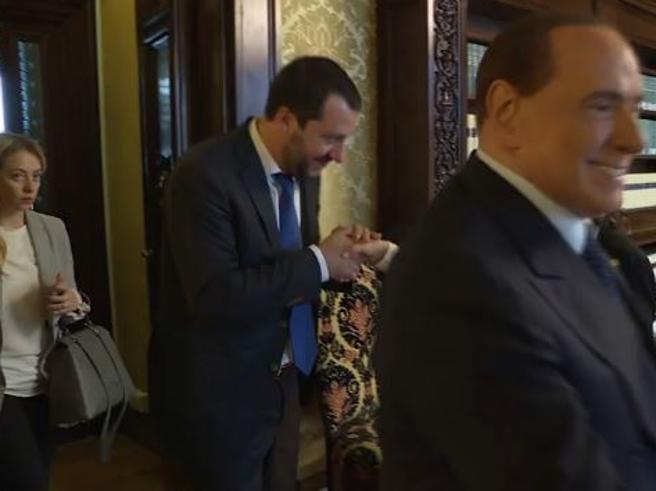 Centrodestra al Senato: il baciamano di Salvini, la freddezza di Berlusconi