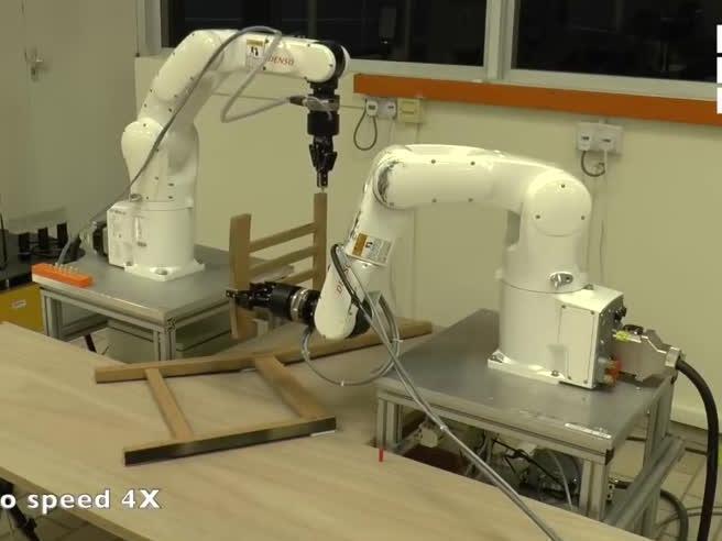 Robot montano sedia Ikea: impiegano più degli uomini. L'esperimento a Singapore