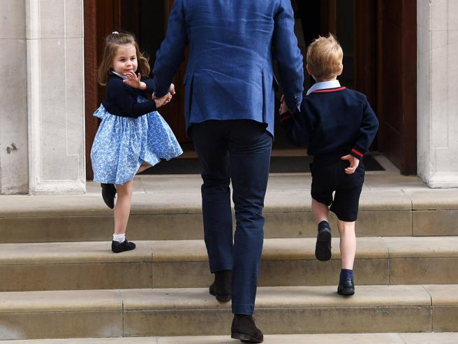 Royal Baby, la piccola Charlotte saluta i giornalisti, ma Baby George tiene il broncio