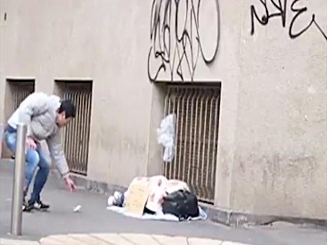 Rubereste cento euro a un senza tetto? La sconfortante risposta dei milanesi a questo esperimento sociale