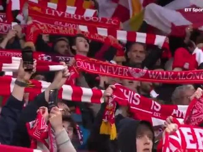 Liverpool-Roma, ad Anfiled magia (e brividi) per You'll Never Walk Alone cantata a squarciagola
