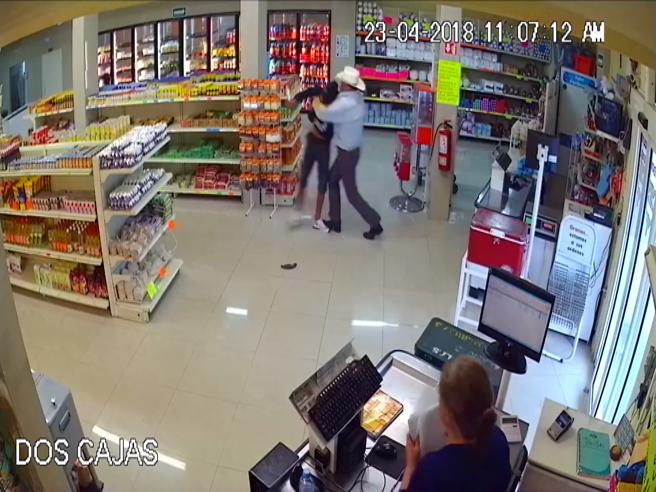 Rapina il supermarket ma si imbatte nel cliente sbagliato