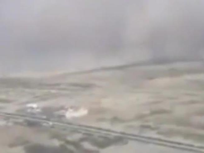 Atterraggio in Arabia Saudita, il pilota nella tempesta di sabbia