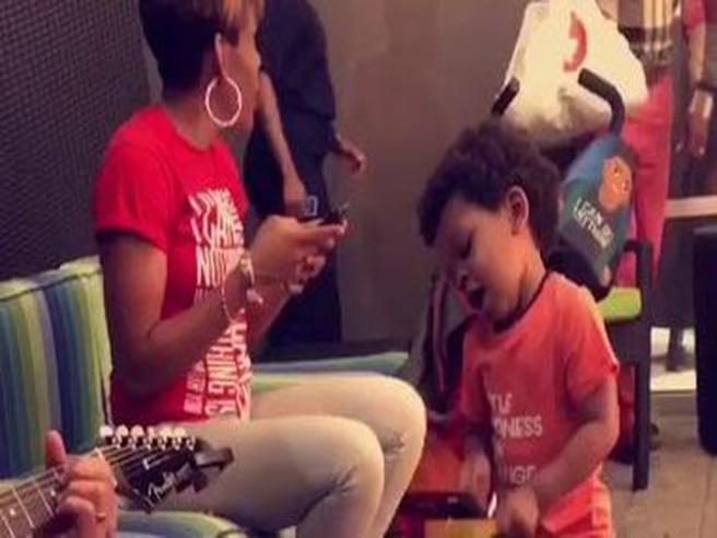 Il talento del piccolo batterista: Lennox, due anni, ha il ritmo nel sangue