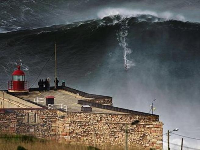Cavalca onda da record, premiato il surfista brasiliano Rodrigo Koxa