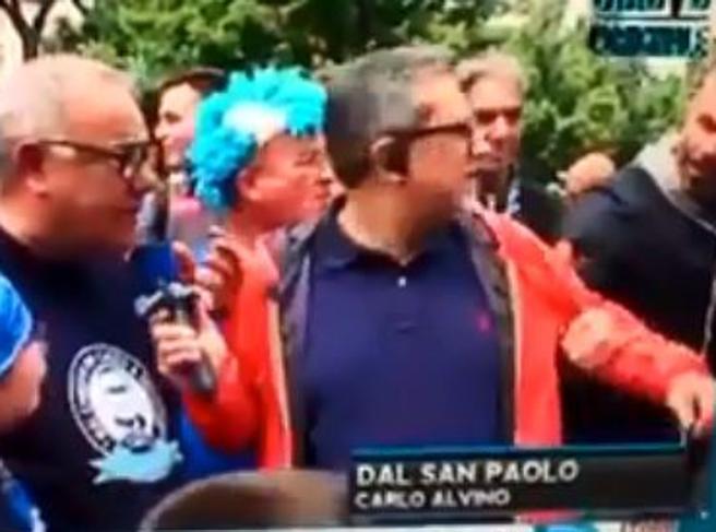 Carlo Alvino minacciato e trascinato via dallo stadio in diretta: «Vattene o ti pestiamo»
