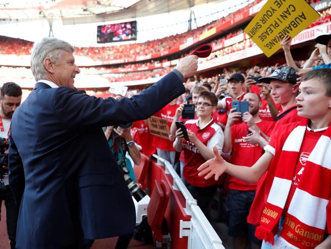 Arsene Wenger saluta l'Emirates Stadium e regala la cravatta a un giovane tifoso