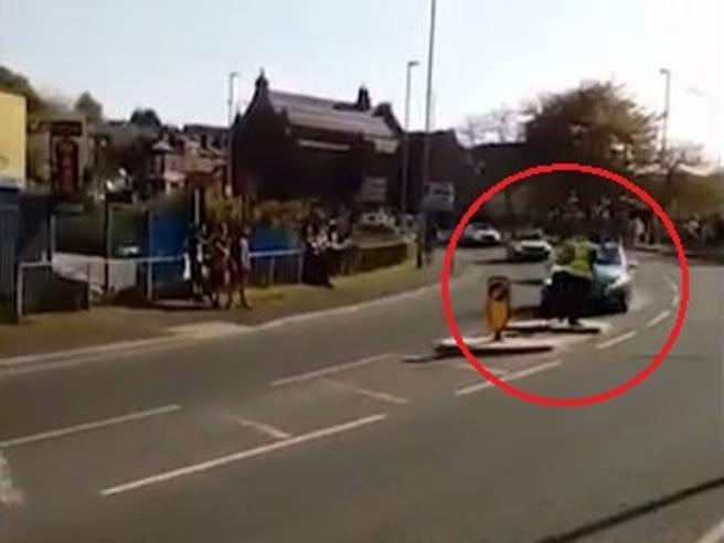 Auto fuori controllo al tour dello Yorkshire: steward di gara evitato per un soffio