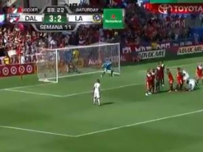 La punizione di Ibrahimovic è una bomba: lo svedese colpisce la traversa e fa tremare la porta