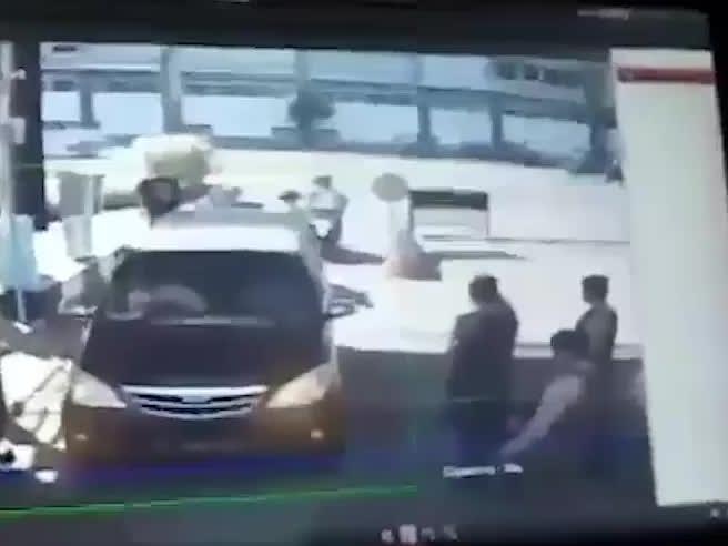 Indonesia, famiglia kamikaze si fa esplodere davanti a  polizia video