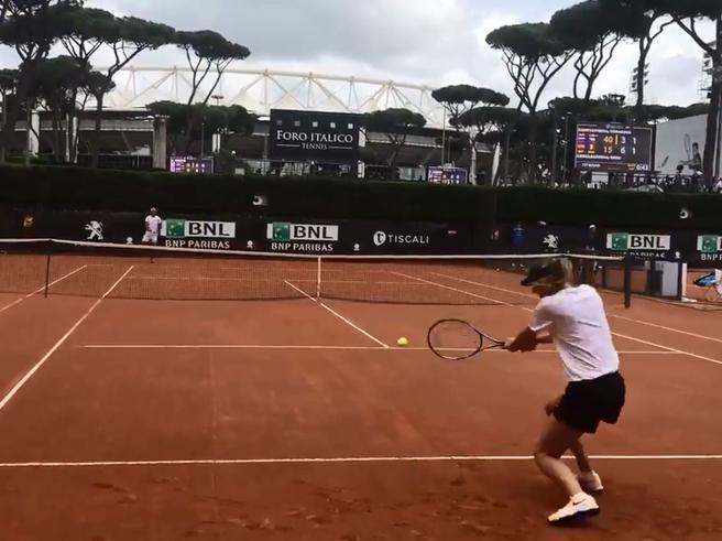 Tennis a Roma, Sharapova palleggia con Nadal: vince lo scambio ed esulta. «Che emozione» Video