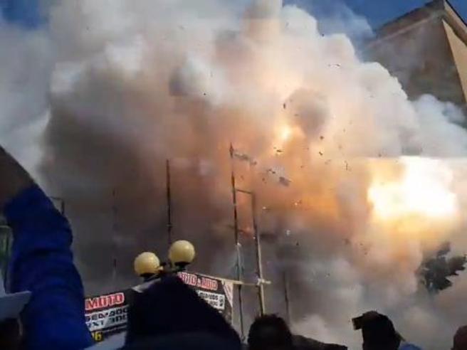 Panico a San Severo, petardo tra la folla durante la festa patronale: donna rischia un braccio Video