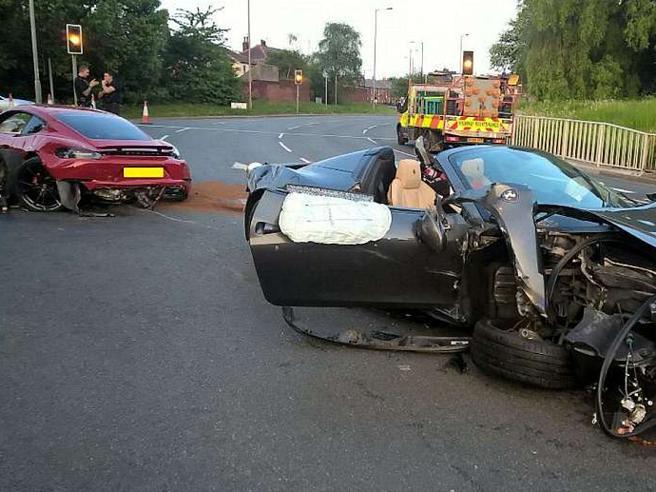 Lo scontro tra una Ferrari e una Porsche: le supercar distrutte, danni per centomila euro ( e i guidatori scappano)