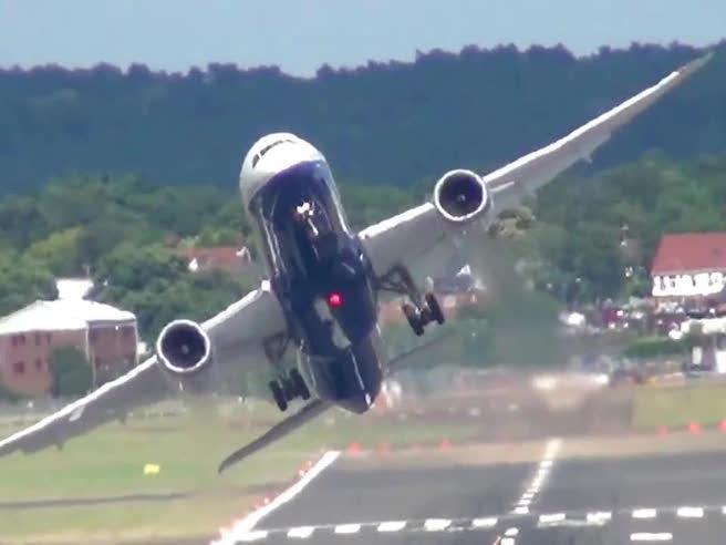 Atterraggio e decollo immediato, l'impressionante manovra del Boeing 787