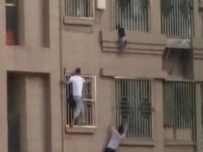 Vicini di casa come Spider Man: salvano il bimbo a penzoloni al quarto piano del palazzo