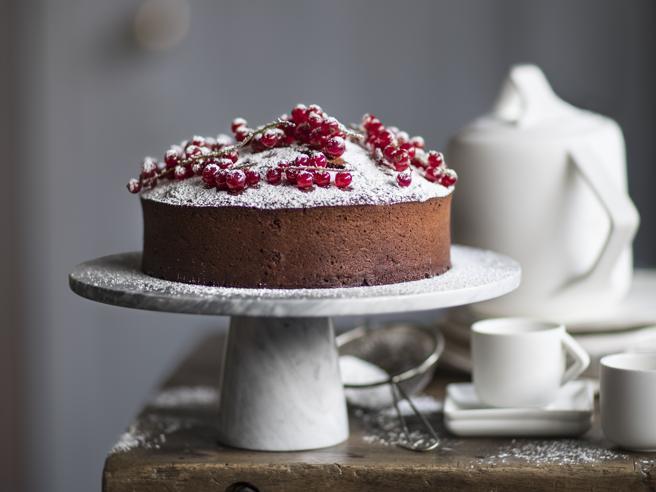 La torta morbida al cioccolato con il burro salato