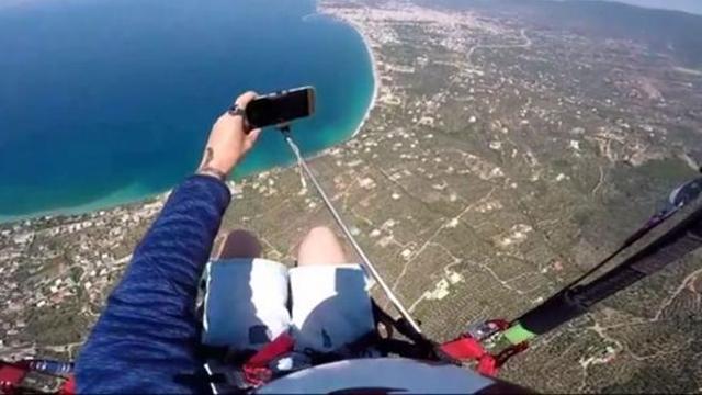 Farsi un selfie (con lo stick) in parapendio? Pessima idea
