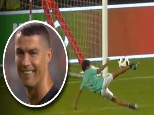 Cristiano Ronaldo palleggia col figlio che a 7 anni è già un fenomeno