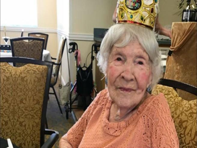 """Il """"segreto"""" di questa arzilla nonnina che ha appena compiuto 105 anni: """"birra, sigarette, ballare"""""""