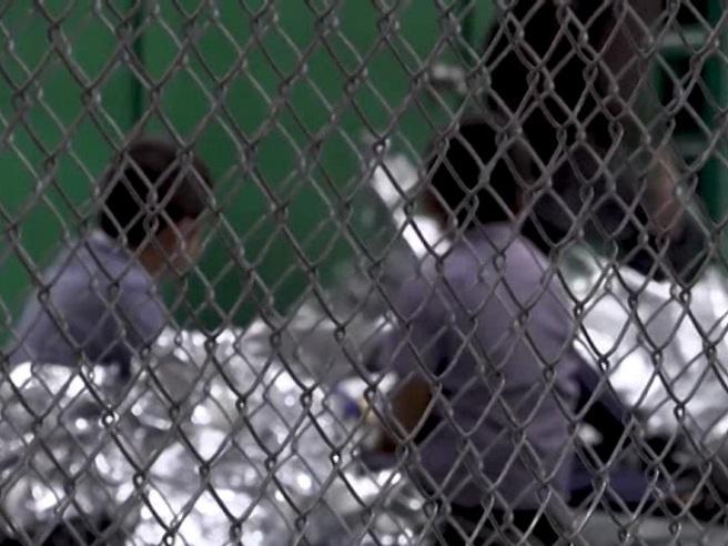 Texas, il pianto disperato dei bimbi migranti (in  gabbia) s