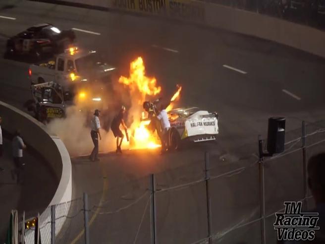 Il pilota ha un incidente in gara. In pista corre il papà e lo salva dalle fiamme