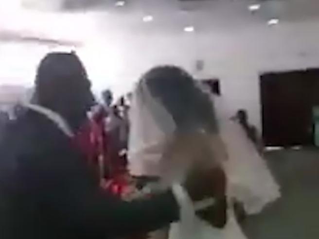 L'amante si veste da sposa e si presenta al matrimonio: ecco cosa succede