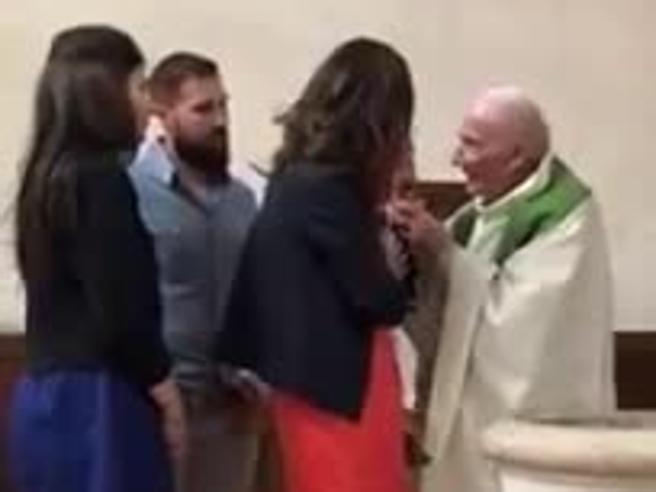 Il prete perde la pazienza al battesimo del bimbo e gli molla uno schiaffo