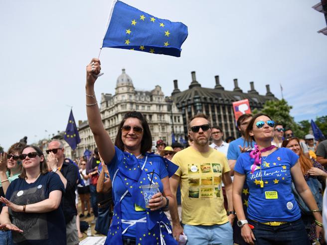 Brexit, migliaia sfilano a Londra: chiedono nuovo referendum Video