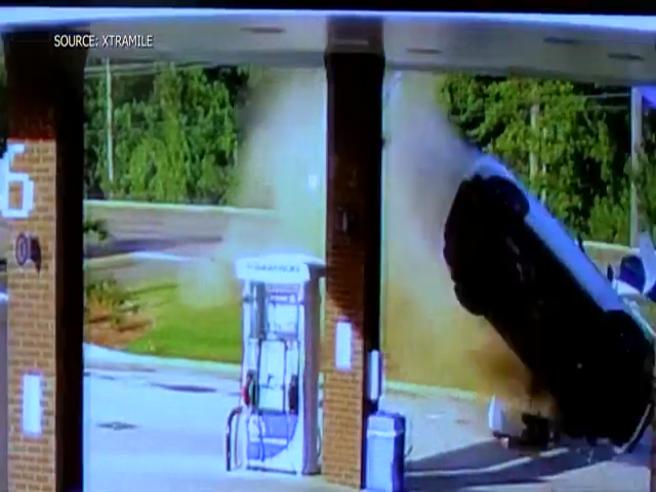 Auto prende il volo e atterra tra le pompe di benzina: illesa l'autista
