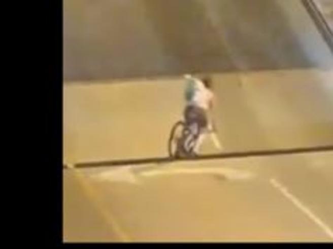 Il ponte mobile  si alza, donna in bici non riesce a frenare  e rischia di essere risucchiata