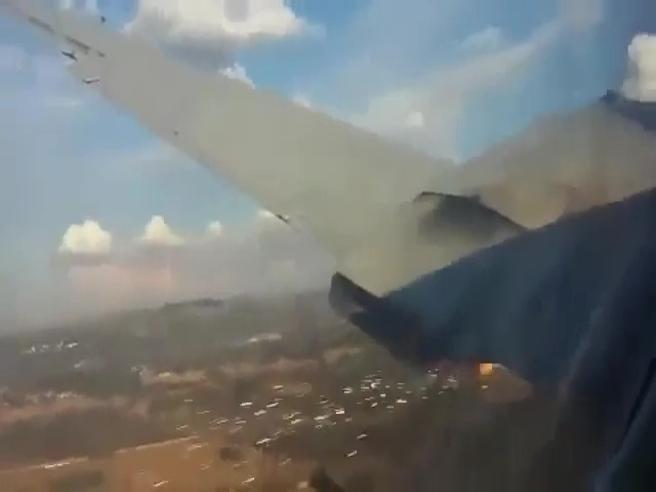 L'aereo sta precipitando: lo schianto ripreso in diretta da un passeggero