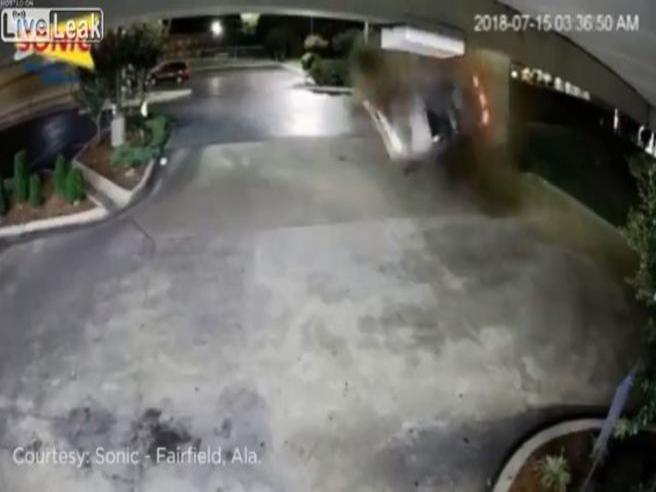 Auto prende il volo e rotea su se stessa. L'incidente è pazzesco. Ecco cosa fa l'autista