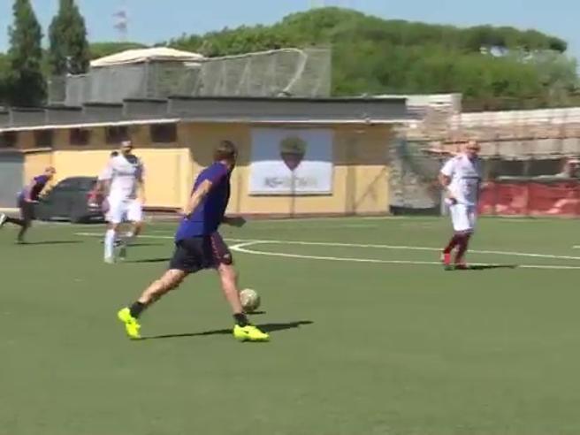 Il destro di Totti è sempre magico, ecco il gol in partitella a quasi 42 anni