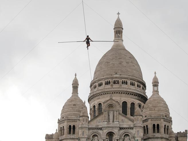 Parigi, sopra Montmartre senza protezioni: il video dell'equilibrista che fa impazzire la Rete