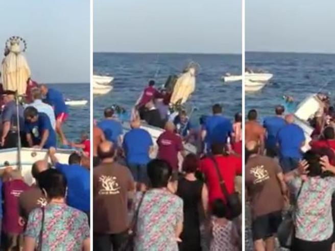 Processione a Roccalumera per la Madonna del Carmelo, la barca si sbilancia: il sindaco vola in acqua