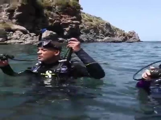 L'attore Will Smith (con moglie e figli) fa il sub alle isole Eolie