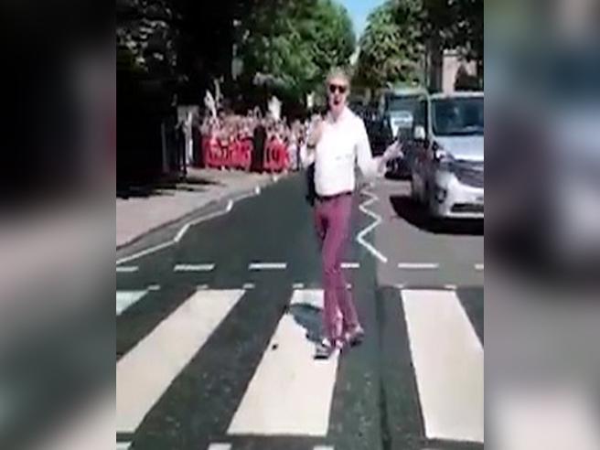 Paul McCartney ad Abbey Road: la camminata sulle strisce come con i Beatles