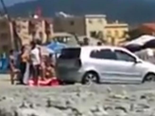 Albissola, turisti parcheggiano l'auto in spiaggia