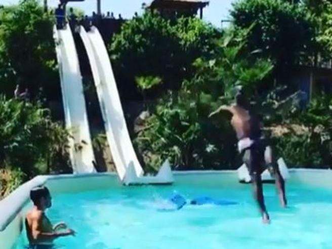 8302bd39b786 Balotelli, tuffo folle: vola dallo scivolo e rischia di finire fuori dalla  piscina