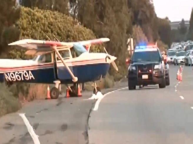 California, paura per gli automobilisti: aereo da turismo atterra sull'autostrada
