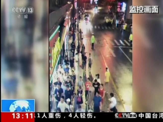 Shangai, crolla l'insegna di un negozio  sui passanti: tre morti