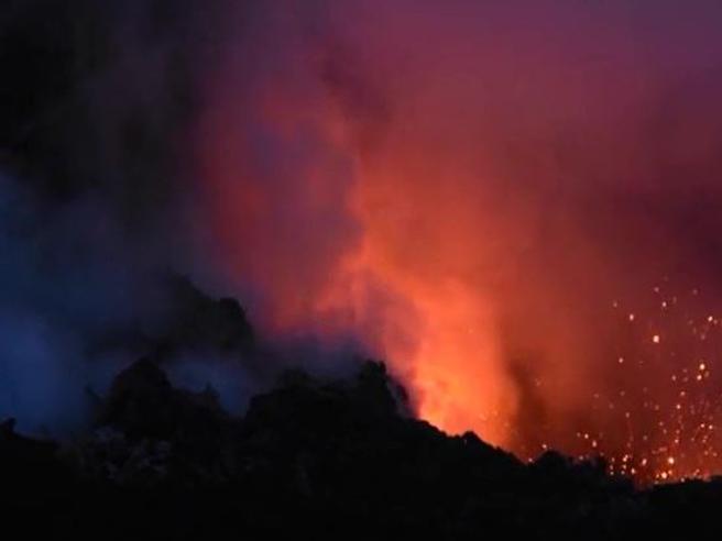 Catania, erutta ancora l'Etna: le spettacolari immagini visibili solo dall'alto