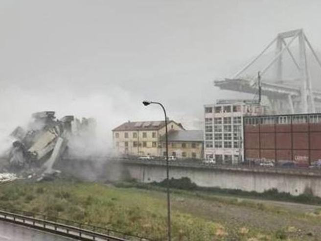 Crollo del ponte, si cercano i dispersi  tra le macerie