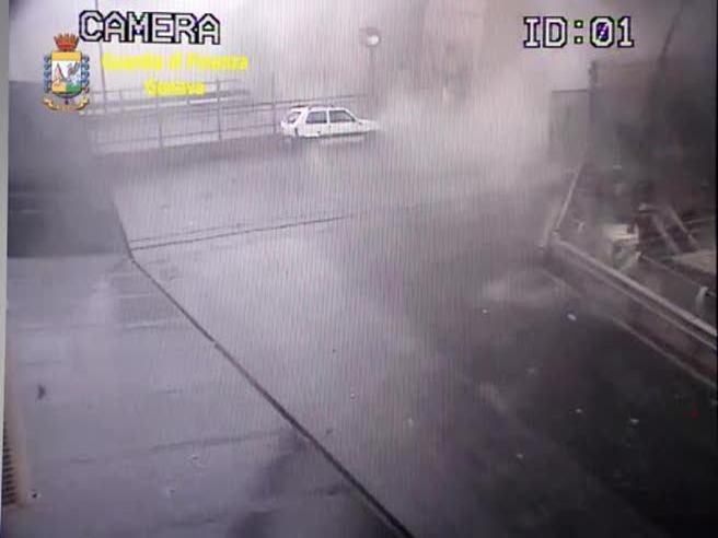 Il crollo del ponte Morandi di Genova, il nuovo video del momento in cui viene giù tutto