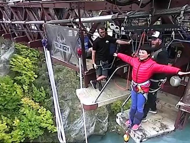 Bungee jumping da ridere: la turista non capisce che deve saltare nel vuoto